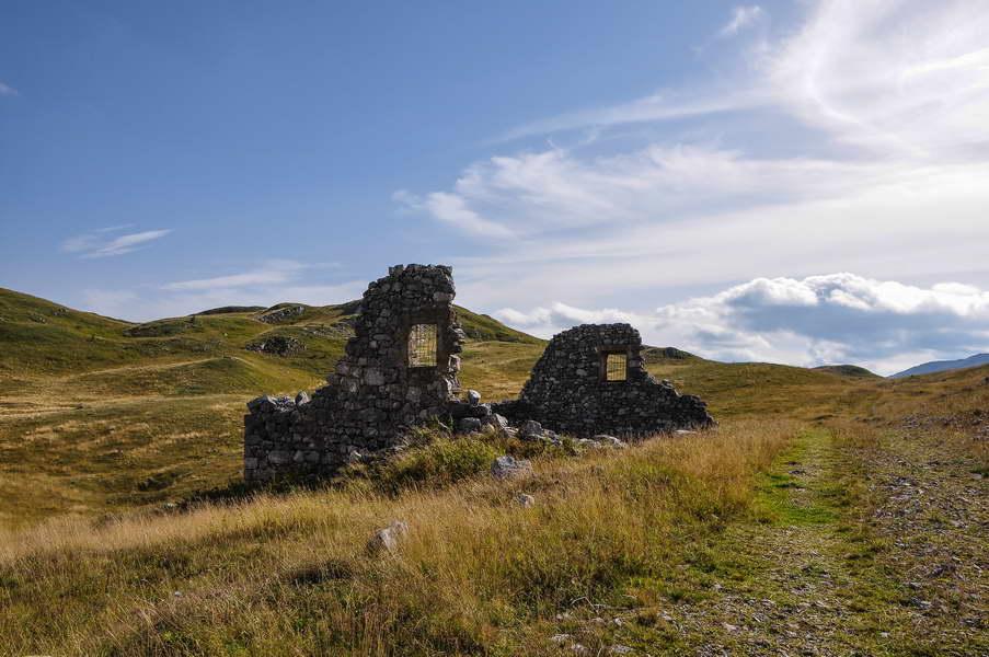 Brojne su ruševine kamenih građevina širom Sinjajevine