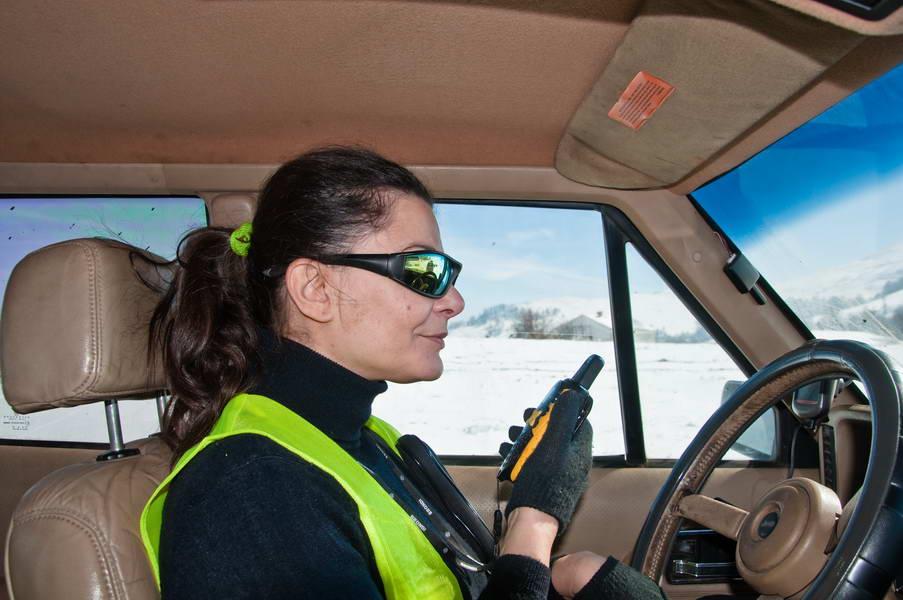 Dama za volanom Jeep-a na terenu