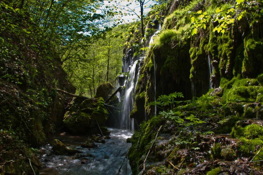 Veliki vodopad koji se sliva sa neverovatnog vodenog zida