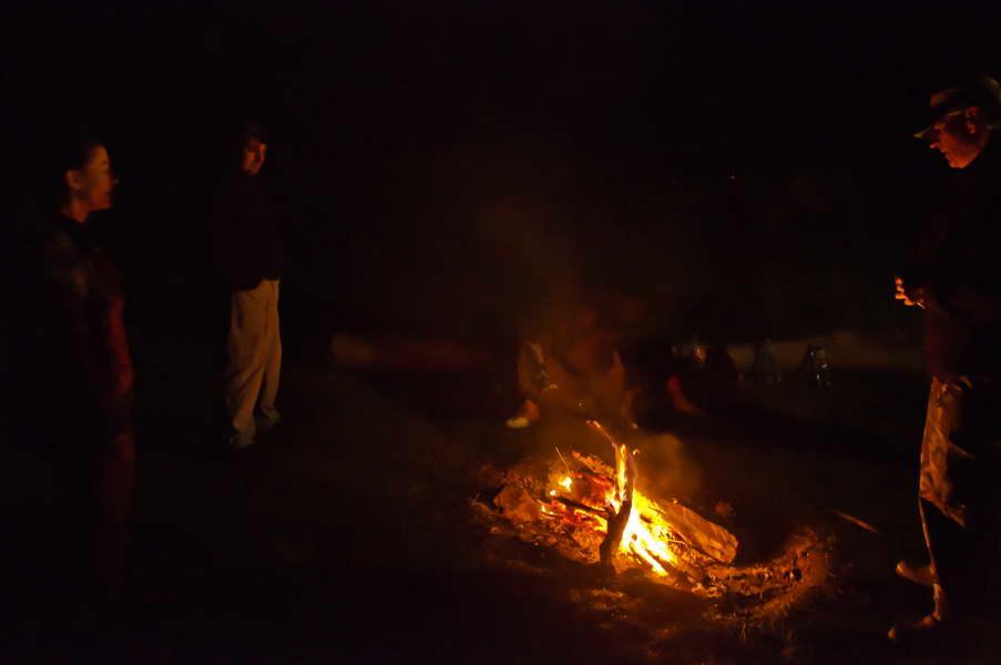Veče uz vatru u kampu