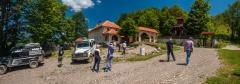 Pred manastirom Novi Stjenik