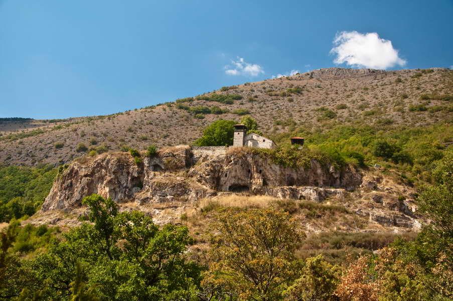 Manastir Zrze, u steni nad Pelagonijom