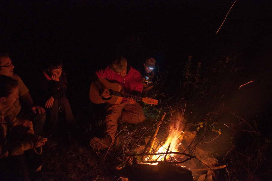 Veče u kampu uz vatru