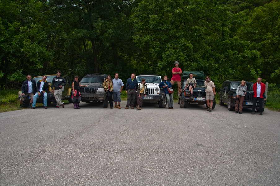 14-oro učesnika ture na parkingu manastira