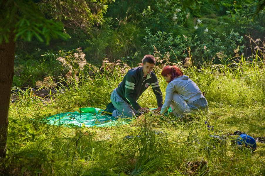 Omladinci uče kako da pakuju šator