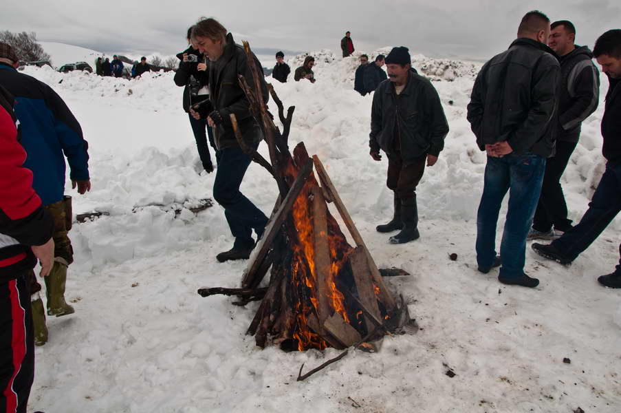 Vatra gori, a sneg se ne otapa