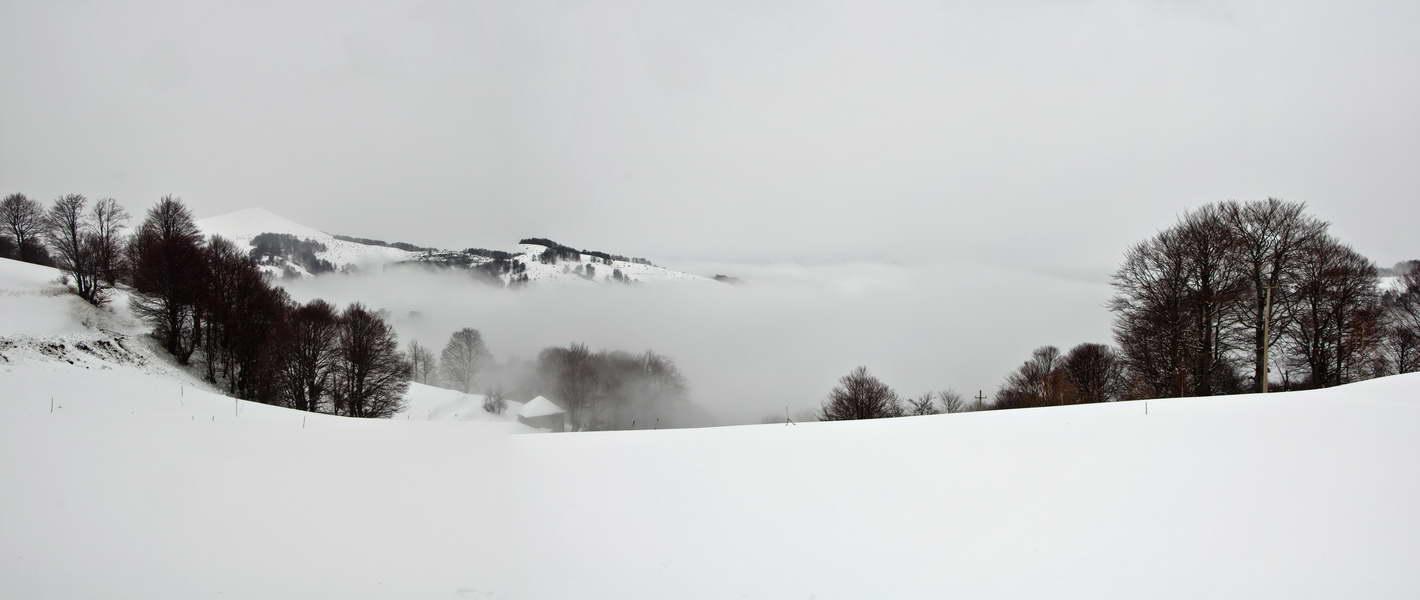 Pogled ka selu Dukat u oblacima pod nama