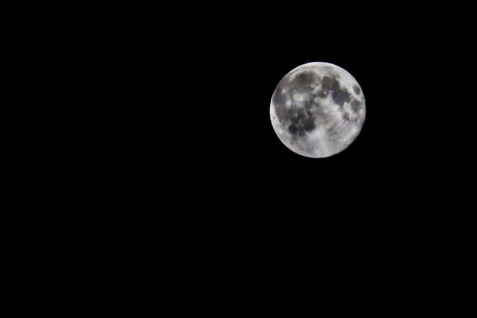 Pun mesec duboko u planini
