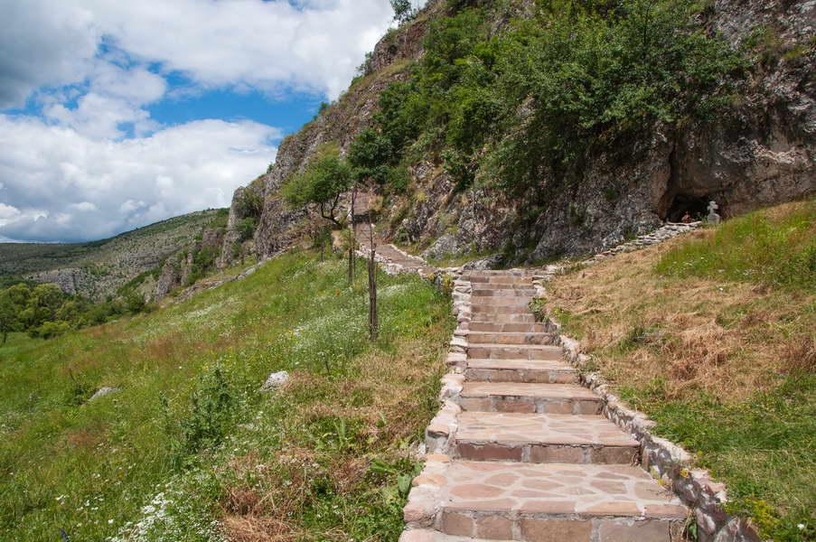 I stepenice ka pećini su napravili