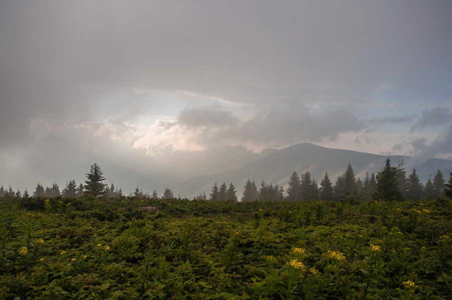 Iz oblaka se pomalja glavni greben Stare planine